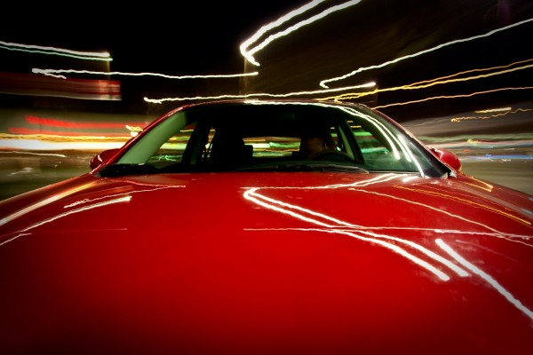 Velocidad en un Mazda rojo