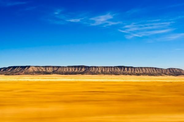 Un cielo azul y una tierra dorada