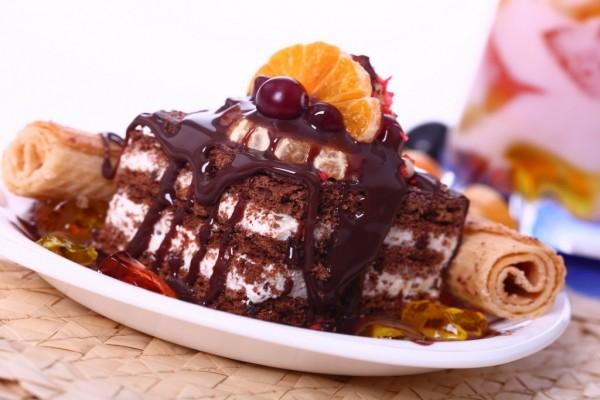 Un trozo de pastel bañado de chocolate