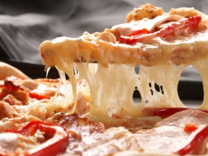 Postal: Pizza con tomate, carne y mucho queso