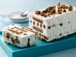 Tarta helada de nata, con galleta y frutos secos