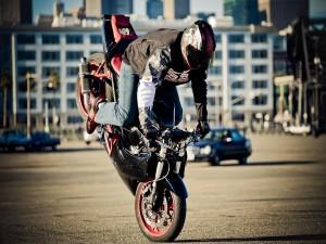 Postal: Apoyando la moto sobre la rueda delantera