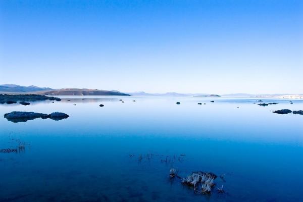 Aguas azules en el Lago Mono (California)