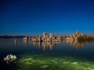 Formaciones rocosas en medio de un lago, de noche