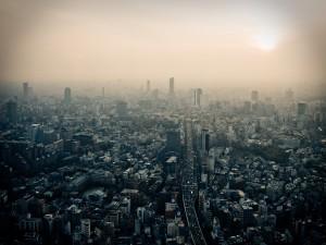 El cielo contaminado de Tokio, Japón