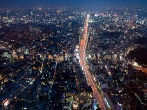 Carretera atravesando la ciudad de Tokio, Japón