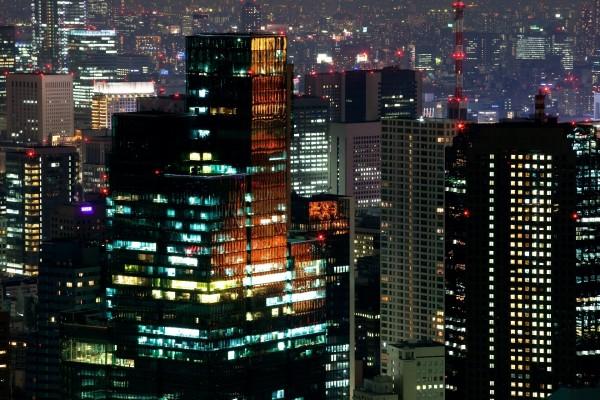 Luces nocturnas en unos rascacielos de Tokio, Japón