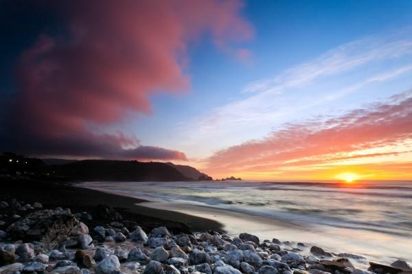 Sol y sombras en Rockaway Beach (California)