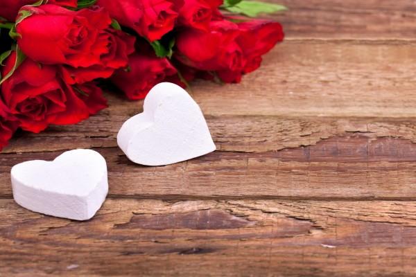 Dos corazones blancos y unas rosas