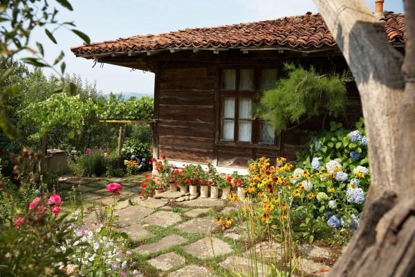 Cabaña de madera con su pequeño jardín