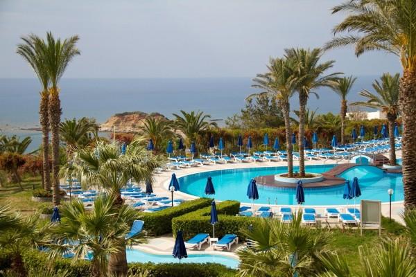 Piscina de un hotel de lujo frente al mar