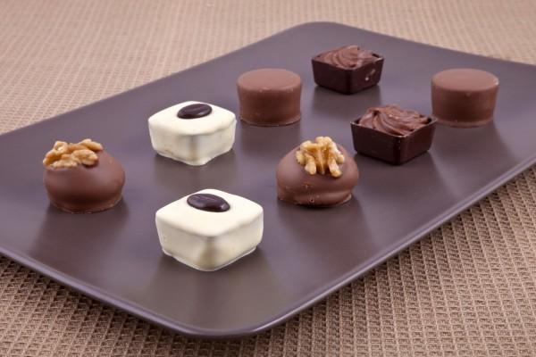 Bombones de chocolate blanco y negro con frutos secos