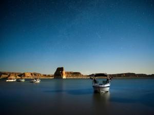 Postal: Cielo cuajado de estrellas sobre un lago