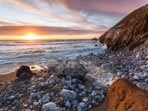 Postal: Amanecer en una playa de rocas
