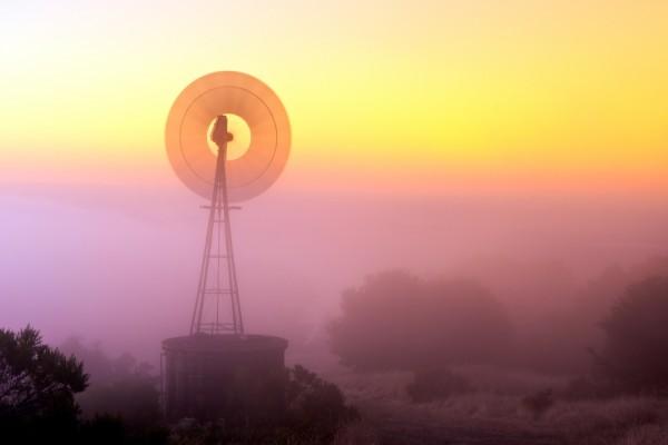 Un clásico molino de viento en Portola Valley, California