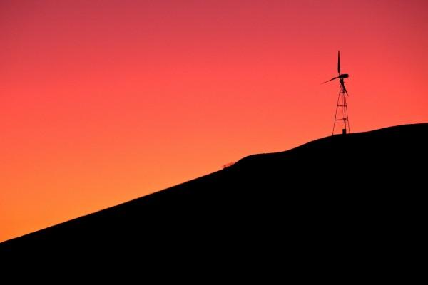 Molino de viento bajo un cielo rojo (Livermore, California)