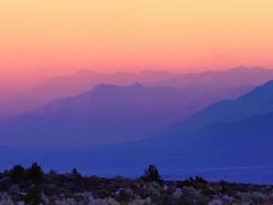 Tonos rojos y azules sobre las montañas (Whitney Portal, California)