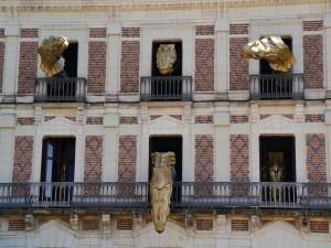 Cabezas de dragones en un edificio en Blou, Francia
