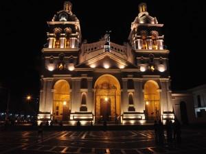 Vista nocturna de la Catedral de Córdoba (Argentina)