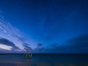 Cielo azul nocturno en la Isla Heron, cerca de la Gran Barrera de Coral (Queensland, Australia)