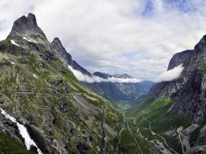 Postal: Montañas en Alesund, Noruega