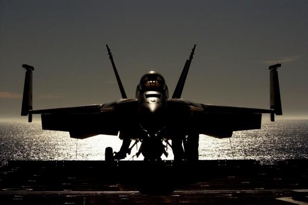 Avión de combate en un portaaviones