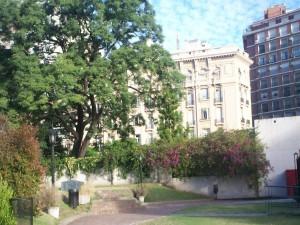 Vista desde un jardín al barrio La Recoleta (Buenos Aires, Argentina)