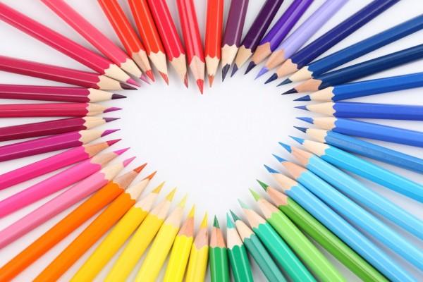 Lápices de colores formando un corazón