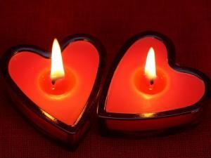 Velas rojas con forma de corazón