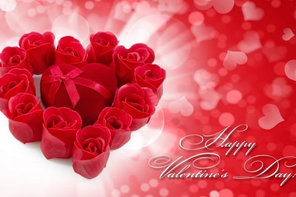 Rosas rojas y una cajita con forma de corazón para regalar el Día de los Enamorados
