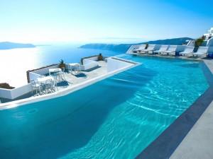 Postal: Piscina de un hotel frente al mar (Santorini, Grecia)