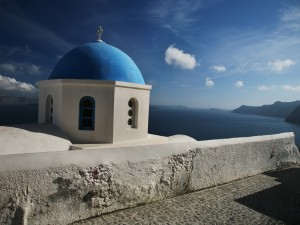 Postal: Cúpula de una iglesia en la isla de Santorini (Grecia)