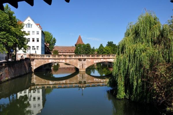 Puente antiguo en la ciudad de Núremberg (Alemania)