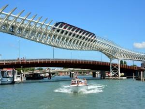 Tren sobre el agua en Venecia, Italia