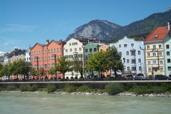 Casas típicas a orillas del río Eno (afluente del Danubio), a su paso por Austria