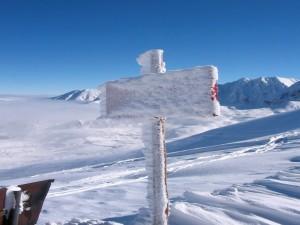 Señal cubierta de nieve
