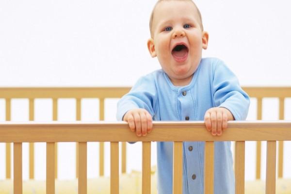 Bebé gritando desde su cuna