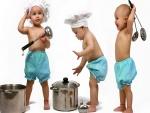 Bebés jugando a ser cocineros