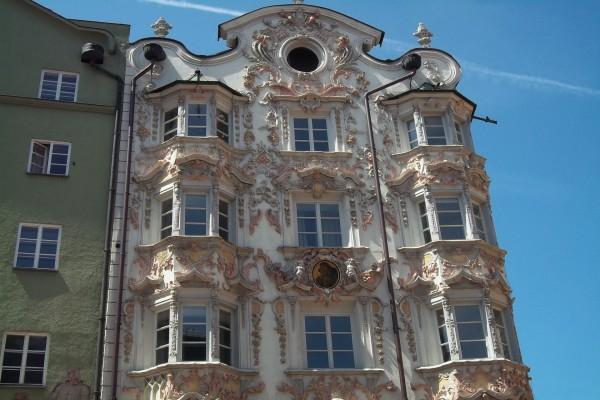 Fachada clásica de un edificio en Innsbruck, Austria