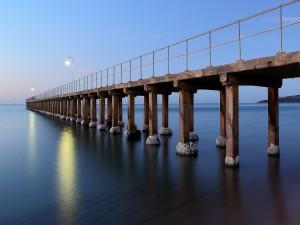 Muelle sobre un mar en calma