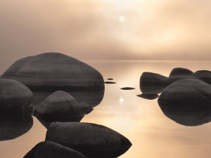 Postal: Rocas en un mar calmado