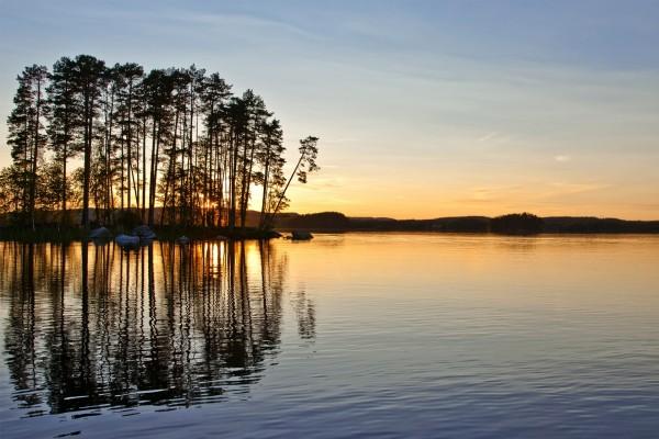 Atardecer en un lago en Suecia