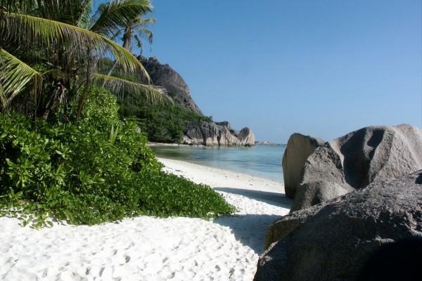 Playa de arena blanca en la isla de La Digue, Seychelles