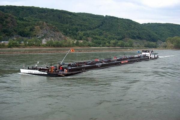 Tráfico fluvial en barcaza por el río Rin