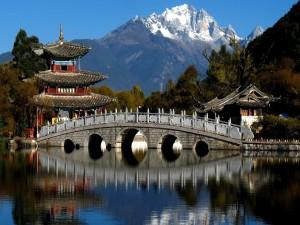 Puente de piedra en la antigua ciudad de Lijiang, China