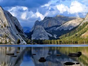 Lago Tenaya en el Parque Nacional de Yosemite (California, Estados Unidos)