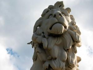 Estatua de un león en la Escuela Secundaria de Westminster (Ontario, Canadá)