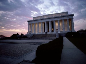Vista nocturna del Monumento a Lincoln, en Washington D. C.