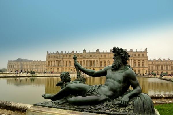 Estatua con el Palacio de Versalles al fondo (Francia)