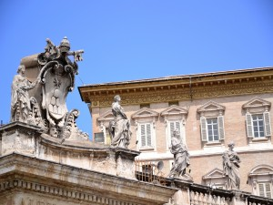 Postal: Esculturas de piedra en un edificio de la Ciudad del Vaticano